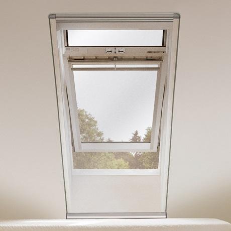 velux insektenschutzrollo fliegengitter f r frische luft ohne l stige insekten. Black Bedroom Furniture Sets. Home Design Ideas