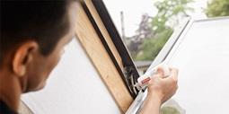 Velux schwingfenster mit obenbedienung leicht bedienbar - Velux dachfenster fetten ...