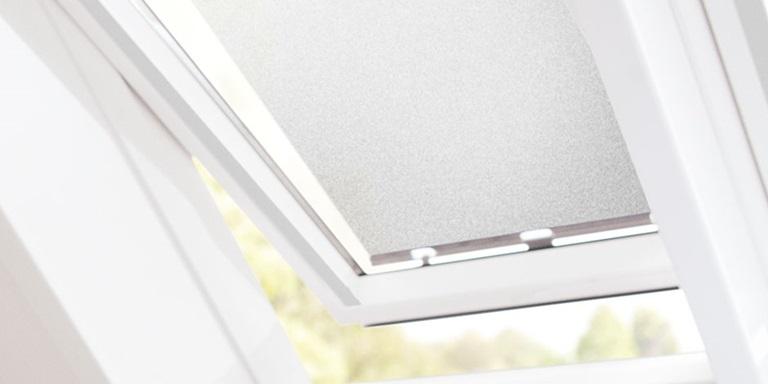 velux dachfenster markisen effektiver hitzeschutz unterm dach. Black Bedroom Furniture Sets. Home Design Ideas